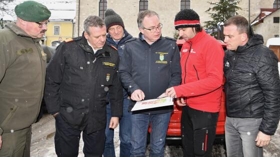 LH-Stellvertreter Pernkopf bei Einsatzbesprechung am Hochkar vor Ort