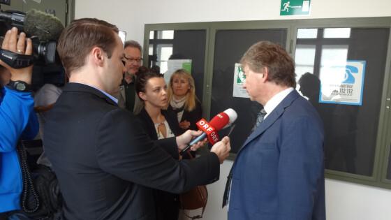 Verteidiger Peter Schobel (rechts) belagert von den Medienvertretern.