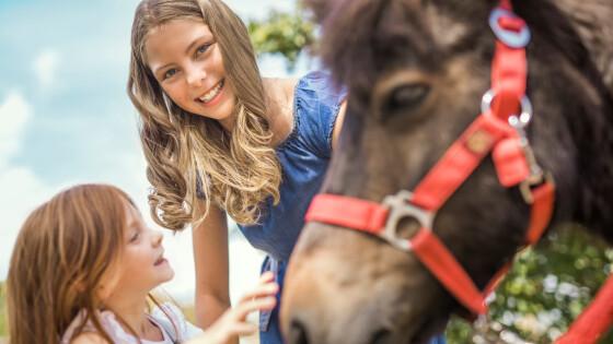 mar25Schloss Hof_Kinder mit Pferd 0009© Schloß Schönbrunn Kultur- und Betriebsges.m.b.H. - Severin Wurnig_print
