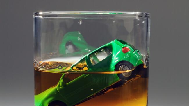 Alkolenker Symbolbild Auto Glas Alkohol Unfall