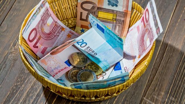 Korb mit Geld aus Spenden Opferstock Symbolbild