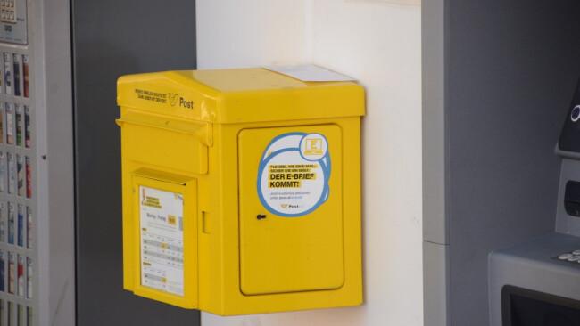 Postkasten voll. Briefe mussten bereits außerhalb abgelegt werden.