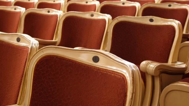 Theater Publikum Ränge Tribüne Sessel Sitzplätze Symbolbild