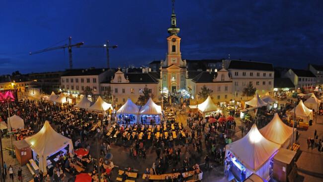 r Schwechater Hauptplatz Stadtfest
