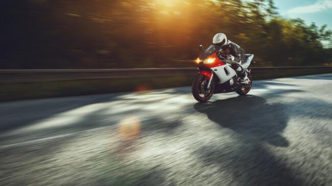 Motorrad Motorradfahrer Symbolbild