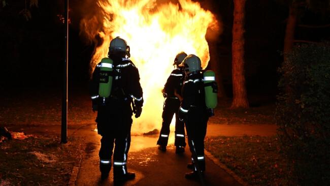 brennende Müllbehälter in der Halloweennacht