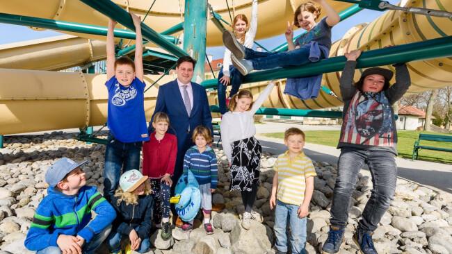 VP-Bürgermeister Stefan Szirucsek mit Kindern unter der neuen LED-Rutsche im Badener Strandbad.