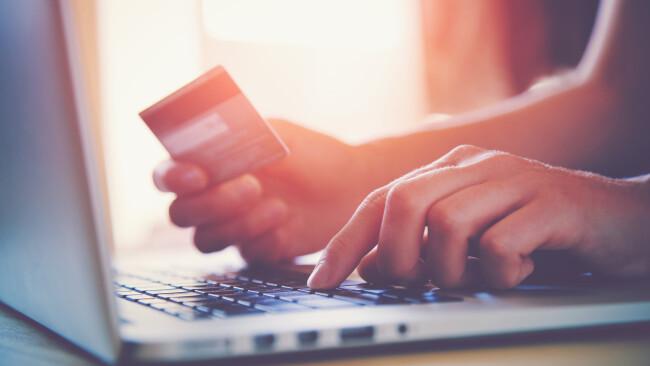 ONline Shopping Einkauf Laptop Internet Internetbetrug Symbolbild