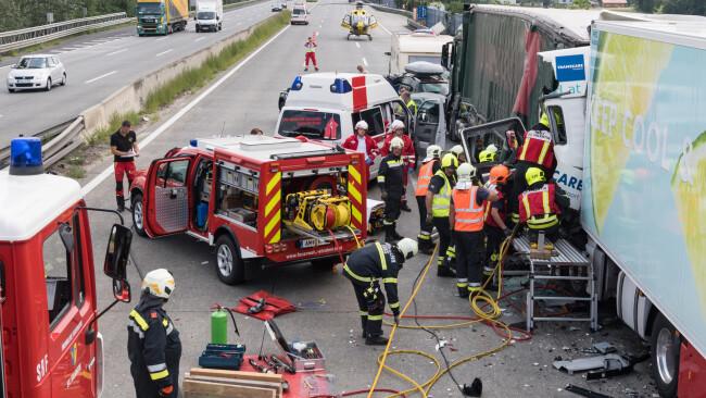 Zwei Lkw-Unfälle haben am Montag, 23. Juli 2018, die Westautobahn (A1) im Bereich der niederösterreichisch-oberösterreichischen Landesgrenze lahmgelegt.