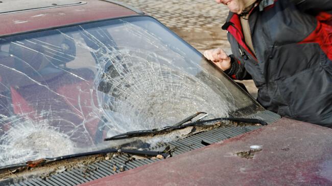 Vandalismus Auto Windschutzscheibe Symbolbild