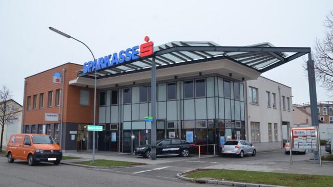 Bank in Wiener Neustadt Versuchter Bankraub - 2 Verdächtige festgenommen!