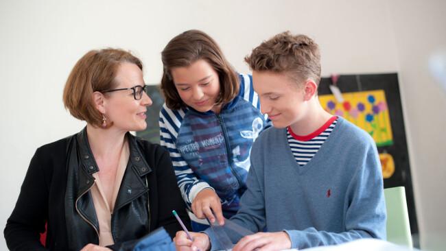 Landesrätin Christiane Teschl-Hofmeister hört unserer Jugend zu (c) Jose....JPG
