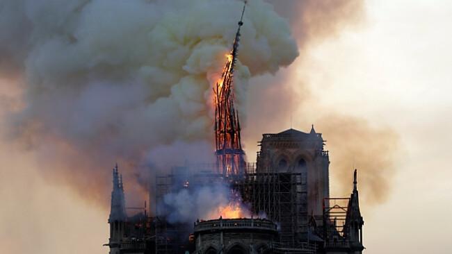 Turm von Notre Dame stürzte ein