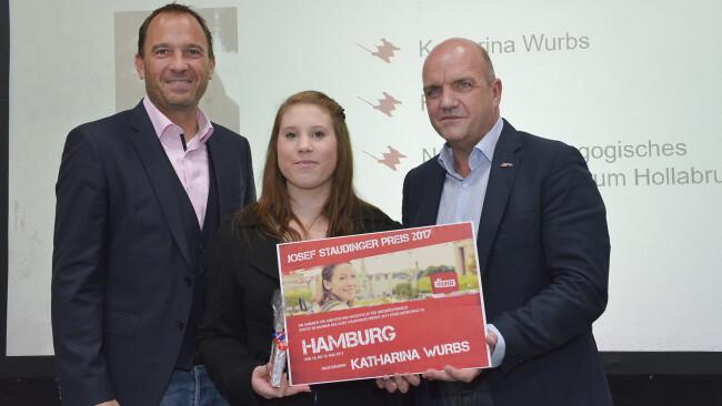 Katharina Wurbs vom Sozialpädagogischen Betreuungszentrum Hollabrunn freut sich gemeinsam mit AK Niederösterreich-Präsident Markus Wieser und BFI-Vorstandsvorsitzendem Christian Farthofer über die Verleihung des Josef Staudinger-Preises 2017.