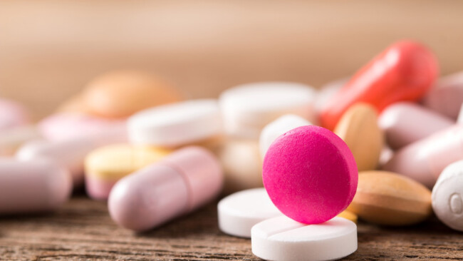 Tabletten Pillen Pillensucht Abhängig Abhängiger Krank Apotheke Tablette LSD Symbolbild
