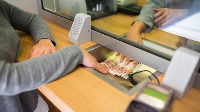 Euro Bank Bankschalter Geld Geldinstitut Behebung Banknoten Symbolbild