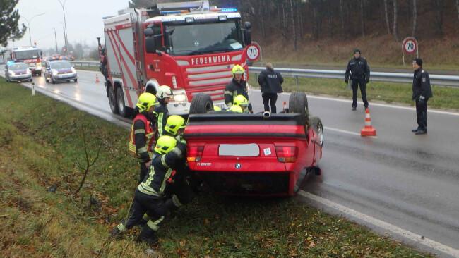 PKW aus dem Bezirk Baden überschlägt sich und bleibt am Dach liegen