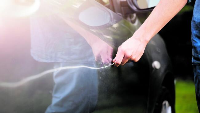 440_0008_7569220_gre19gb_rhi_gericht_3s Symbolbild Auto zerkratzt Auto zerkratzen Kratzer im Auto