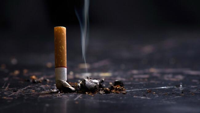 Zigarette brennend Zigarettenstummel Symbolbild