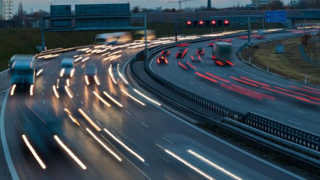 Nacht Auto Autos Straße Autobahn Symbolbild