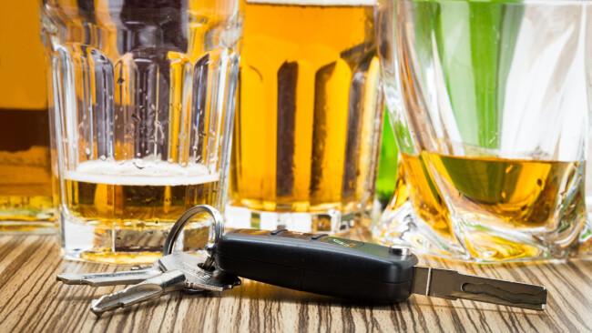 Symbolbild Alkohol am Steuer Auto Schlüssel