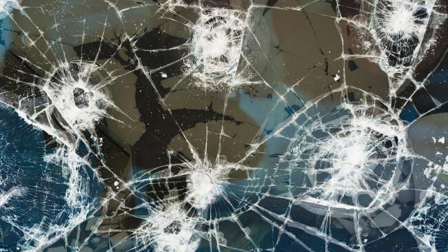 Glassplitter Sachbeschädigung Symbolbild