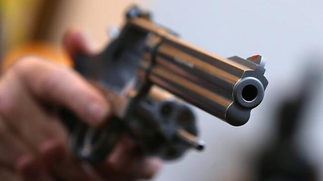 Mit einer Pistole bedrohte der Mann den Mitarbeiter