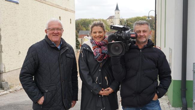 Gut vorbereitet auf die Live-Show am Montag Morgen: Bürgermeister Richard Schober mit dem ORF-Team Barbara Tschandl und Günther Harather.