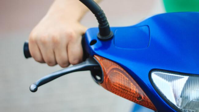 Mofa Moped Scooter Vespa Motorrad Raser Rowdy Verkehr Symbolbild