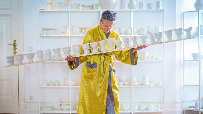 """""""Prekäre Balance"""" hat Uli Aigner die 21 von mittlerweile 4.362 Gefäßen in ihren Händen betitelt (2018). Für sie sei ihr """"Eine Million""""-Projekt, so die Künstlerin, die von Elisabeth Melichar in der Wiener Galerie Smolka Contemporary vertreten"""