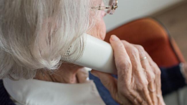 telefonbetrug seniorin symbolbild