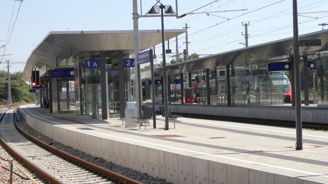 Die Gleisanlagen zwischen den Bahnhöfen Bruck (im Bild) und Götzendorf werden in einer groß angelegten Sanierung von 9. Juli bis Anfang September erneuert. In diesem Zeitraum fahren keine Schnellbahnzüge zwischen den beiden Bahnhöfen.