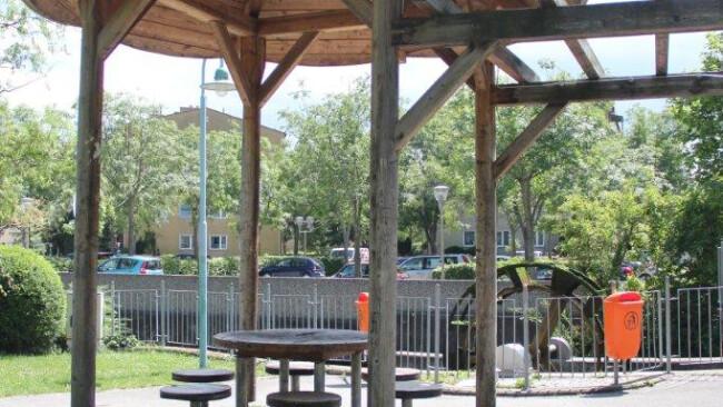 Der Ort des Geschehens: der Sitzplatz beim Wasserrad.