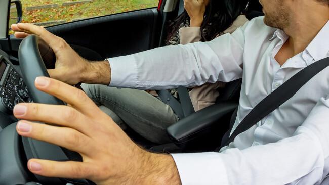 Fahrerflucht Mann Autofahrer Auto Symbolbild