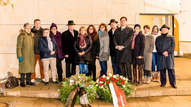 Kranzniederlegung vor der Badener Synagoge