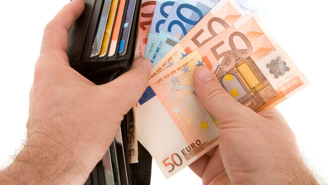 Symbolbild Geld Betrug Zahlen Geldbörse