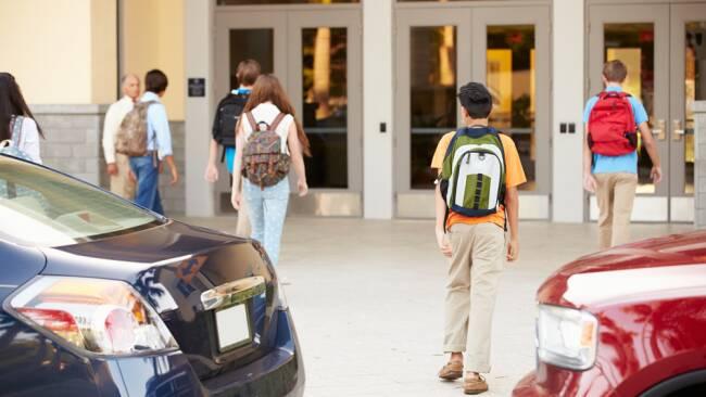 Elterntaxi Elterntaxis Schule Schulweg Symbolbild
