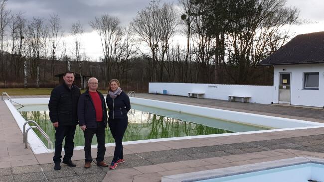 """Bürgermeister Johann Bachinger, Herbert Maierhofer (Betreuer des Bades) und Evelyne Bruckner (Bürgerinitiative) freuen sich, dass die Zukunft des """"DOKW-Bades"""" gesichert ist. Die Gemeinde pachtet die Anlage."""