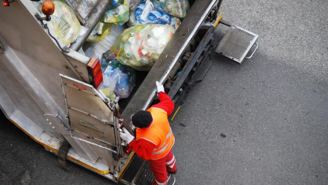 Müllabfuhr Symbolbild Müllwagen Trittbrett