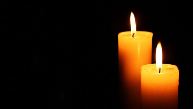 Kerzen Trauer Nachruf Symbolbild
