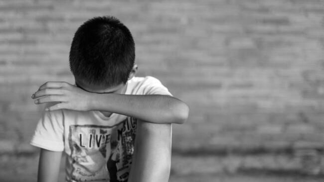 Missbrauch Kindesmissbrauch Junge Bursch Bub Symbolbild