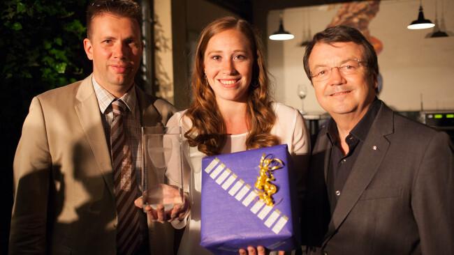 Frauenpower im Weinbusiness: Winzerin Victoria Gottschuly gewinnt die Schlossquadrat-Trophy. Der sympathischen Niederösterreicherin gratulieren ÖWM-Chef Willi Klinger und Jürgen Geyer (GF Schlossquadrat).