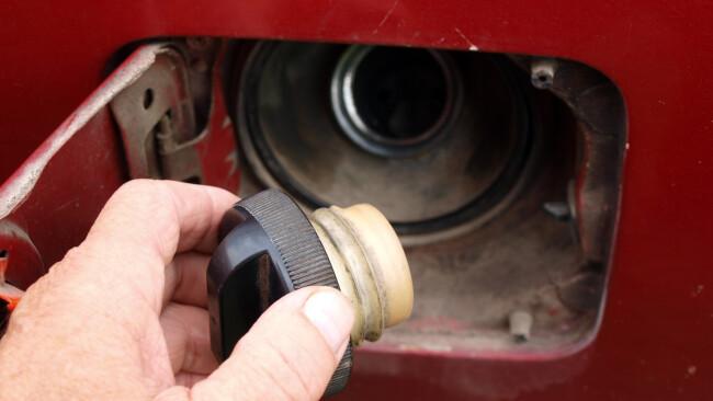 Treibstoff Tankdeckel Treibstoffdieb Dieseldieb Symbolbild