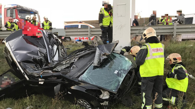 Das Unfallfahrzeug prallte mit dem Dach voraus gegen eine Säule eines Überkopfwegweisers auf der S2.  Foto: MA 68 Lichtbildstelle
