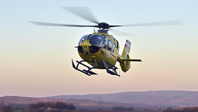 Der Mann wurdemit dem Notarzthubschrauber in die Klinik geflogen