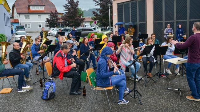 Musikkapelle Oberndorf spielte im Regen auf