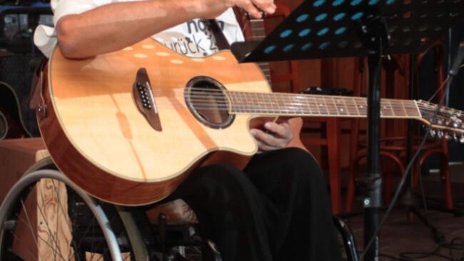 Maron erkrankte mit 10 Jahren an Kinderlähmung und saß im Rollstuhl