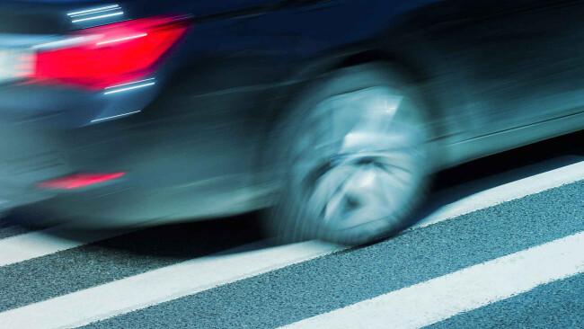 Auto Verkehrsunfall Zebrastreifen Symbolbild