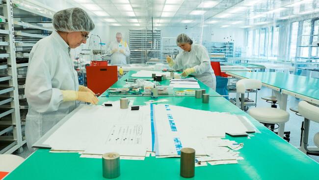 Die Thermalisolation für Satelliten wird in einem speziellen Reinraum von Österreichs größter Weltraumfirma in Berndorf, Niederösterreich, gefertigt.
