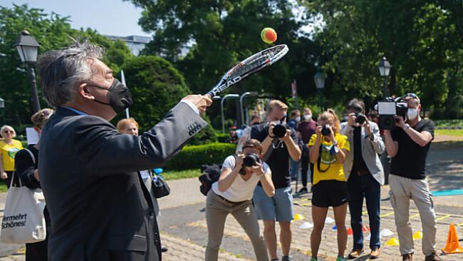 Bei der Präsentation griff Vizekanzler Kogler zum Tennisschläger